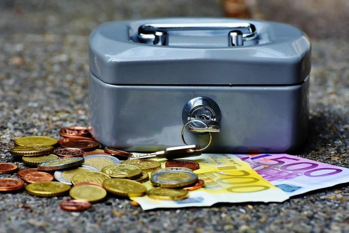 dinero de becas y ayudas